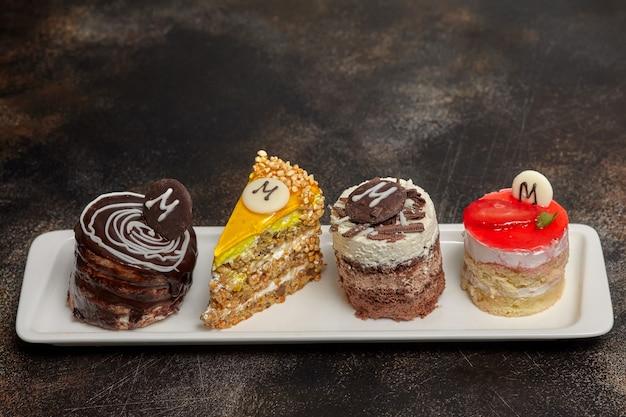 Regeling van cake en snoepjes op lange witte plaat