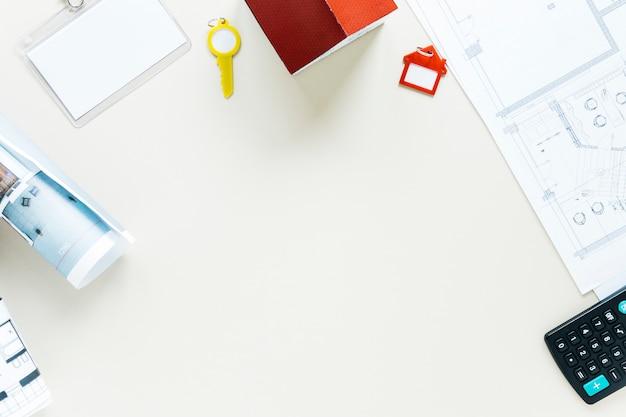 Regeling van de rekenmachine; blauwdruk; sleutel en huismodel over witte achtergrond