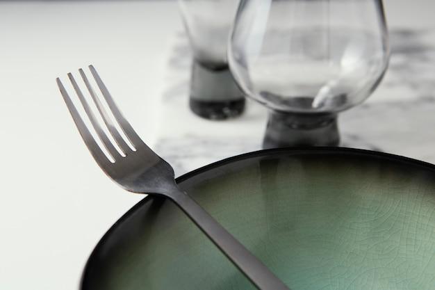 Regeling van elegant vaatwerk op tafel