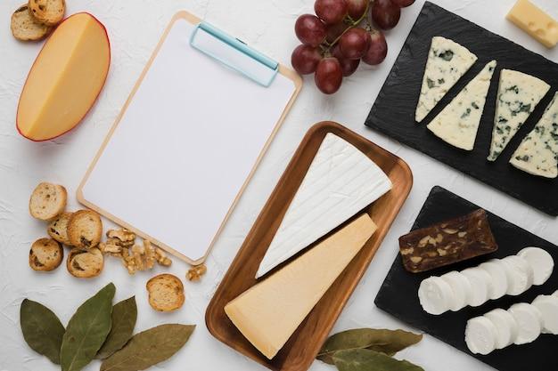 Regeling van gezond ontbijtingrediënt met leeg leeg klembord op witte achtergrond