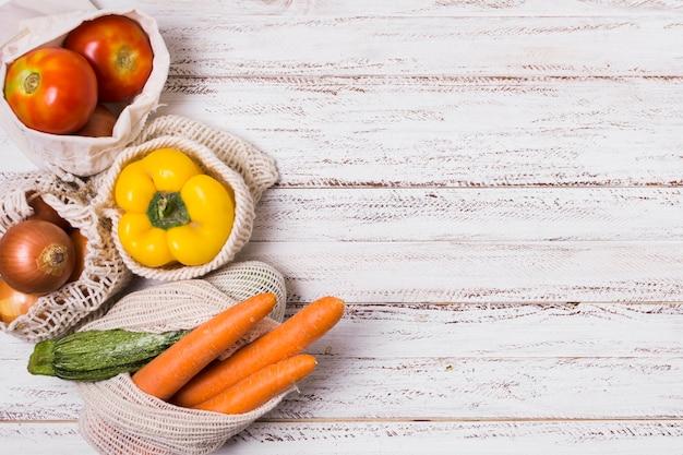 Regeling van groenten op houten achtergrond met kopie ruimte