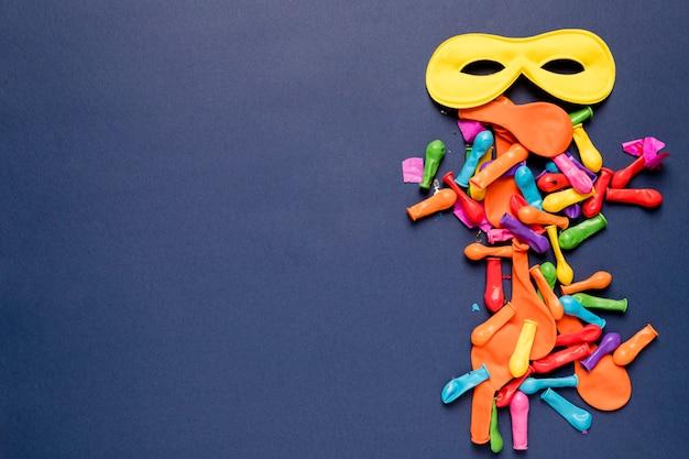 Regeling van kleurrijke carnaval-objecten op blauwe achtergrond met kopie ruimte