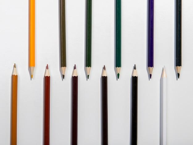 Regeling van kleurrijke potloden bovenaanzicht