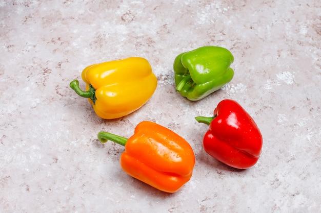 Regeling van kleurrijke verse geassorteerde paprika pepperson betonnen oppervlak