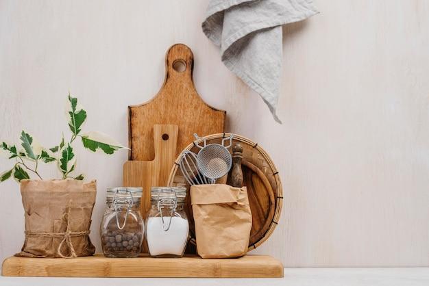 Regeling van potten vol met voedselingrediënten kopie ruimte