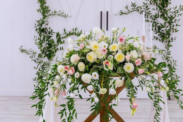 Regeling van verse aardbloemen. bruiloft decoratie.