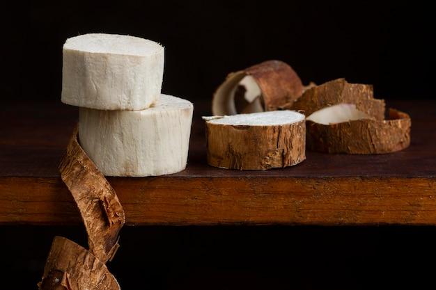 Regeling van voedzame cassavewortels gesneden