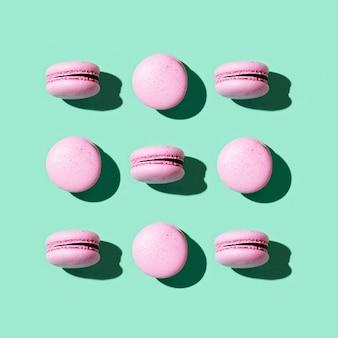 Regelmatig creatief patroon van kleurrijke franse koekjesmacarons.