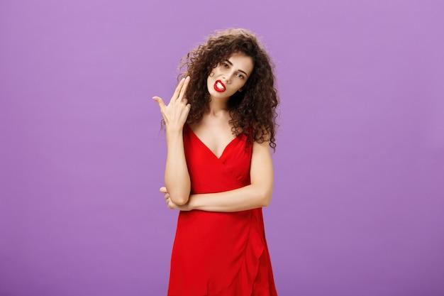 Regels vermoorden me opstandige hete en stijlvolle europese vrouw in elegante rode jurk met krullend kapsel...