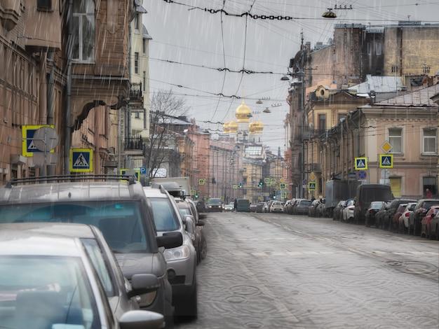 Regen in de stad. lente regen in de oude wijk van de stad