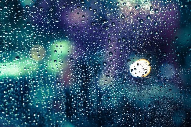 Regen valt op het raam