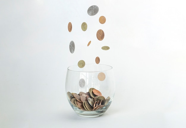 Regen van gouden munten over glas