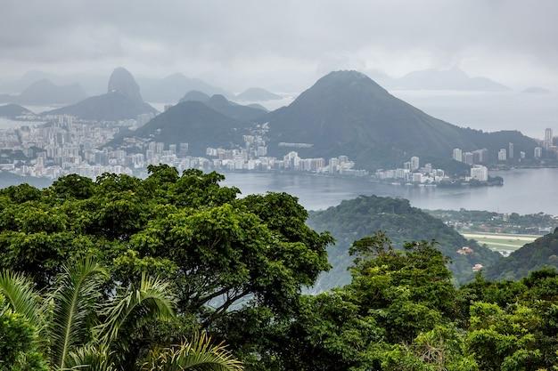 Regenachtig weer boven rio de janeiro, brazilië.