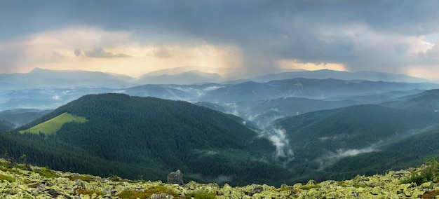 Regenachtige berglandschap
