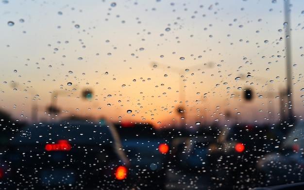Regenachtige daling op auto