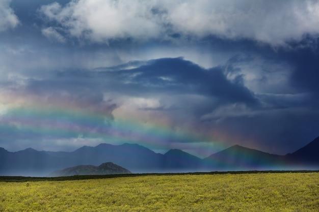 Regenboog boven bergen, alaska
