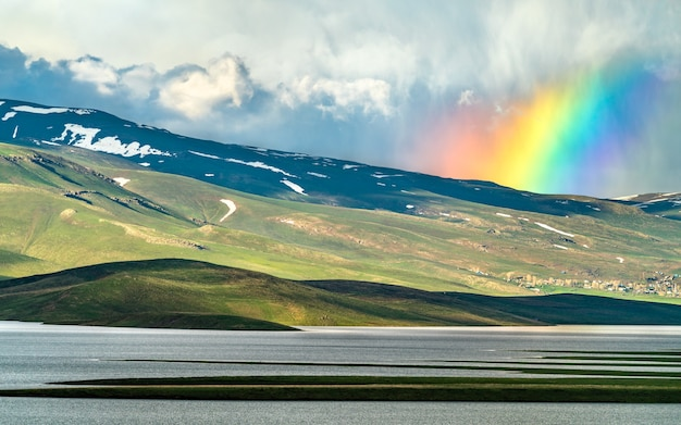 Regenboog boven cat dam lake in de provincie adiyaman, turkije