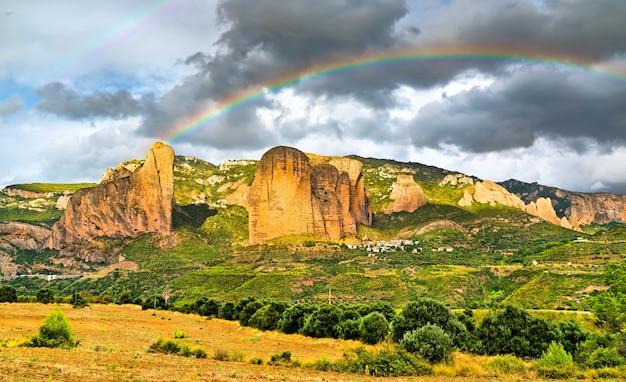 Regenboog boven de mallos de riglos-conglomeraatrotsvormingen in huesca, spanje