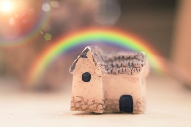 Regenboog boven een huis, goede optimistische vooruitzichten voor de toekomst van de vastgoedsector