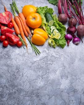 Regenboog gekleurde groenten. gezond voedselconcept. bovenaanzicht