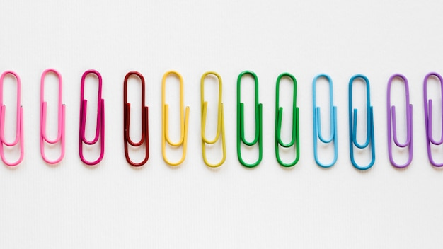 Regenboog gemaakt van kleurrijke paperclips