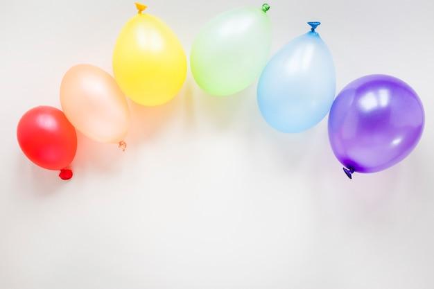 Regenboog gemaakt van lucht ballonnen op tafel