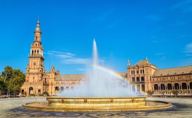 Regenboog in de fontein op de plaza de espana - sevilla, andalusië, spanje