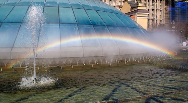 Regenboog in een fontein. kiev, oekraïne