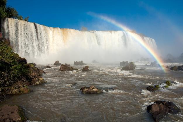 Regenboog in iguazu valt nationaal park