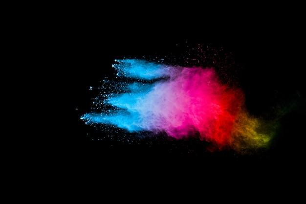 Regenboog kleur stof splash op zwart oppervlak
