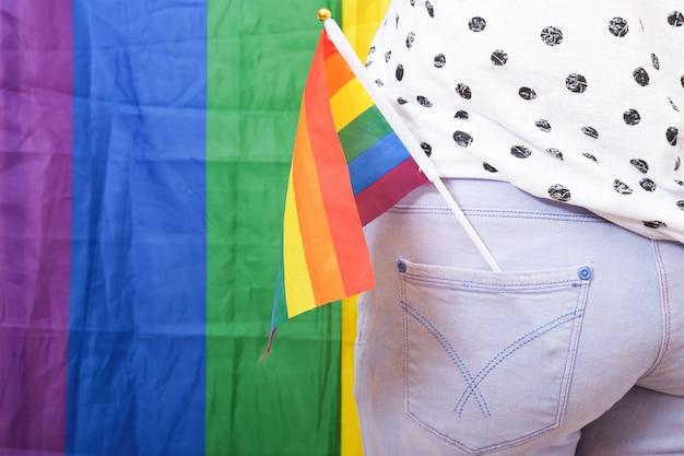 Regenboog lgbt-vlag in de achterzak van jeans, concept van gendergelijkheid. lesbische en homoseksuele discriminatie ondersteunen lgbt-trots
