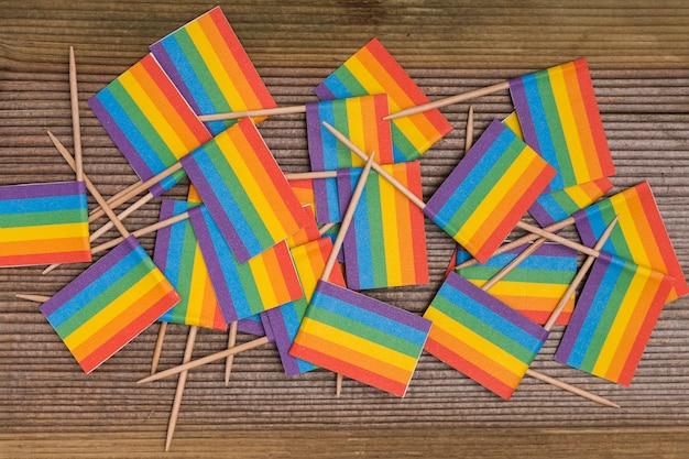 Regenboog lgbt-vlaggen op houten achtergrond worden gemengd die