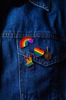 Regenboog lgbtq vlag badges tegen denim achtergrond trots maand