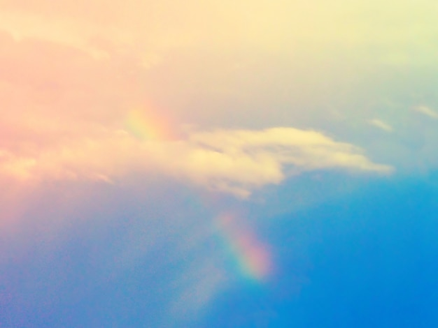 Regenboog met bewolkte hemel