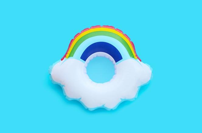Regenboog opblaasbare ring op blauwe ondergrond