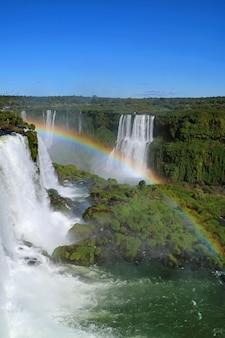 Regenboog over de krachtige braziliaanse kant iguazu falls, foz do iguacu, brazilië