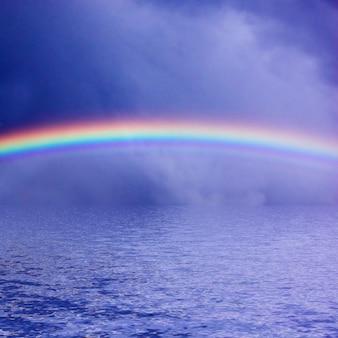 Regenboog over de zee