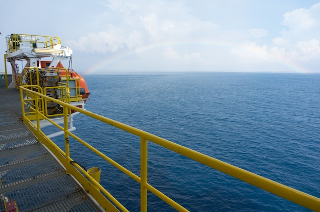 Regenboog uitzicht vanaf offshore booreiland met mooie hemel
