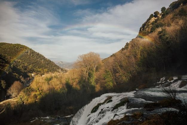 Regenboogboog boven de watervallen van marmore, terni, umbrië.