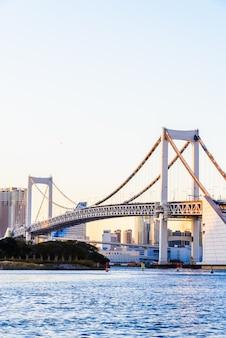 Regenboogbrug in de stad van tokyo in japan