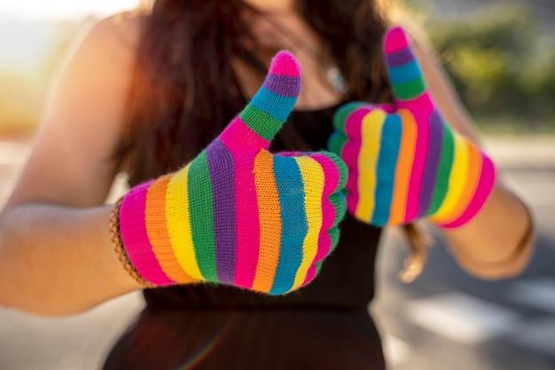 Regenbooggekleurd vrouwelijk handgebarentaalconcept van lgbt-activismegemeenschap en vrijheidstrotsdag