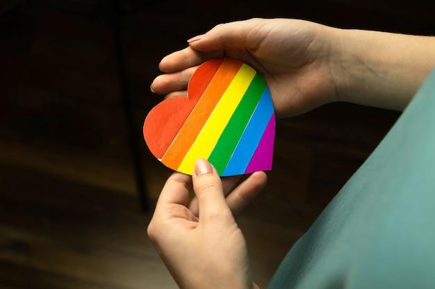 Regenboogkleur vlag in hartvorm, symbool van lgbt pride maand vieren, mensenrechten concept foto