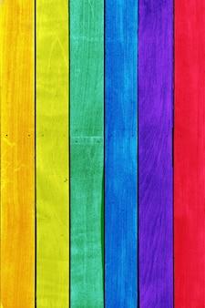 Regenboogkleurige houten planken ideaal voor achtergronden