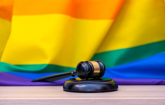 Regenboogvlag en houten hamer