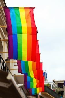 Regenboogvlaggen op huizen
