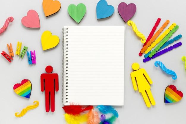 Regenboogvoorwerpen voor trotsdag met notitieboekje
