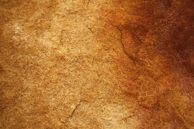 Regendruppel op het water en zware harde granieten stenen oppervlak van grot voor interieur wallpaper achtergrond