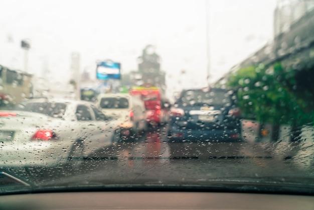 Regendruppels op autoglas