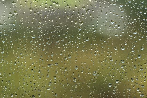 Regendruppels op de achtergrond van het venster