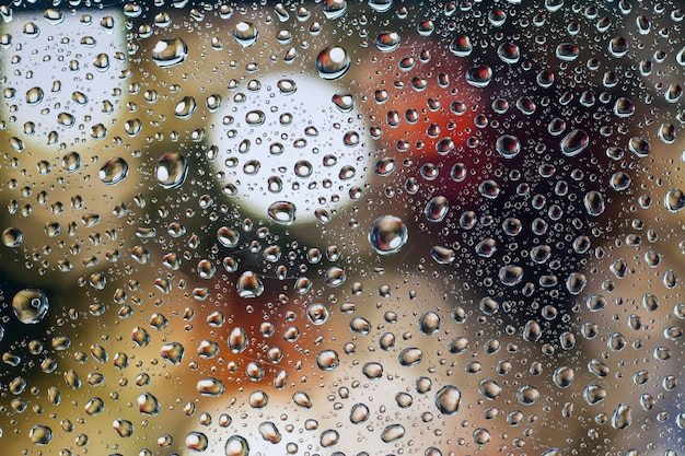Regendruppels op glas met een mooi oppervlak